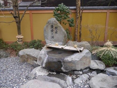 Đài phun nước có nguồn từ suối nước nóng được xây dựng tại lối vào khách sạn.