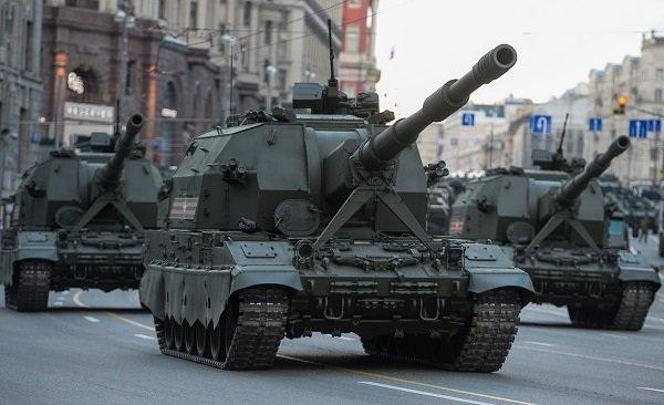 Hệ thống pháo tự hành Koalitsiya-SV 152mm, được trang bị hệ thống liên lạc vệ tinh, hệ thống truyền dữ liệu bảo mật diễu hành qua lễ đài.