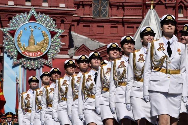 Các nữ binh sĩ Nga duyệt binh trên Quảng trường Đỏ.