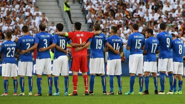 Các cầu thủ thuộc đội bóng quốc gia Ý mặc niệm tưởng nhớ các nạn nhân thiệt mạng ở Bangladesh trước trận đấu với Pháp trong khuôn khổ EURO 2016 ngày 2/7 (Ảnh: AFP)