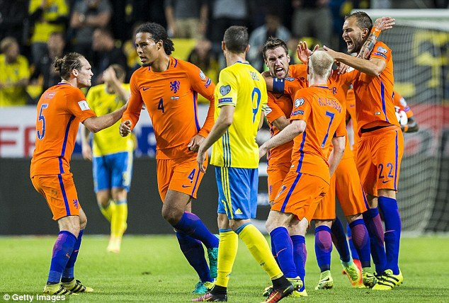Các cầu thủ Hà Lan vui mừng với bàn gỡ hòa 1-1 của Sneijder