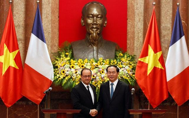 Chủ tịch Trần Đại Quang và Tổng thống Hollande bắt tay trong cuộc họp báo chung tại Phủ Chủ tịch sau hội đàm. (Ảnh: Reuters)