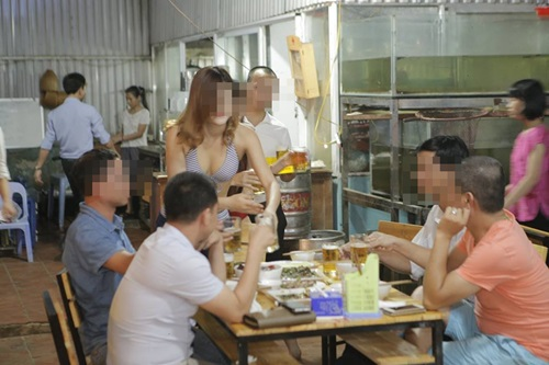 Quán ăn Hà Nội cho nhân viên mặc bikini phục vụ bàn - 5