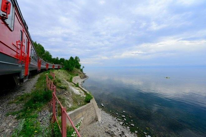 Tuyến đường sắt xuyên Serbia bên hồ Baikal. (Nguồn: NatGeo)