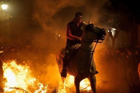 Một người tham gia vừa thực hiện thử thách với niềm tin mình và con ngựa vừa được gột rửa. Ảnh: Mirror