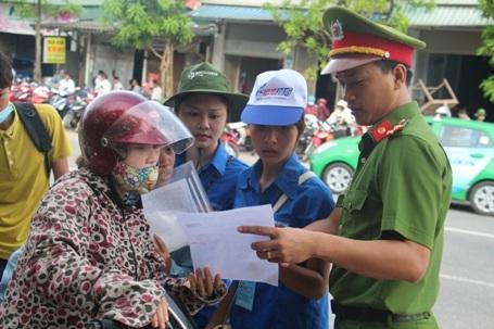 Nhiều thí sinh bị nhầm địa điểm thi nhưng rất may có các lực lượng tình nguyện, công an hỗ trợ kịp thời