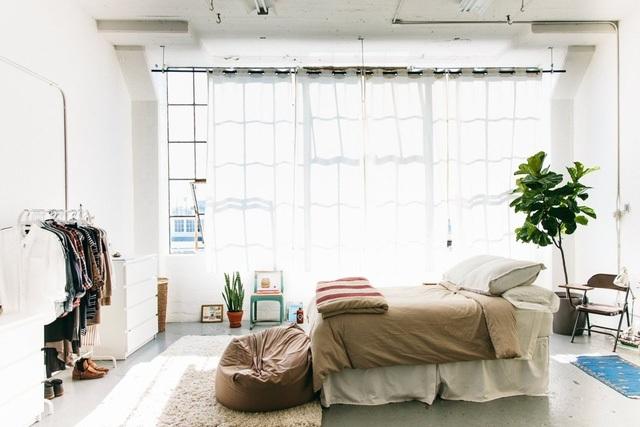 Giường ngủ được đặt ở cạnh cửa sổ, tạo cảm giác thoáng đãng.