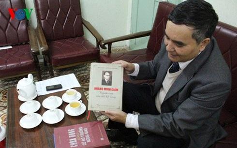 Đại sứ Hoàng Vĩnh Thành (con trai cụ Hoàng Minh Giám) giới thiệu cuốn sách Hoàng Minh Giám - Người con của thế hệ vàng do NXB Chính trị Quốc gia ấn hành.
