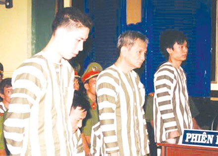 """Năm Cam, Trường """"xoăn"""" và Hưng """"Pinhon"""" trước tòa."""