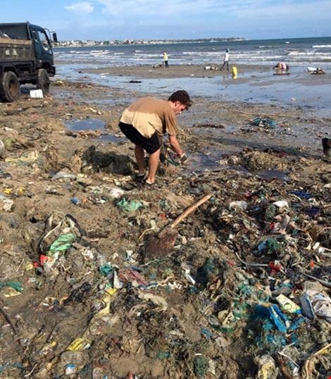 Hàng chục du khách nước ngoài tự nguyện dọn rác ở Mũi Né - 3