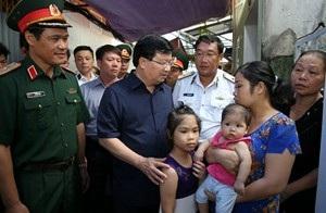 Phó thủ tướng Trịnh Đình Dũng thăm và động viên gia đình chiến sĩ Nguyễn Bá Thế (ảnh: Báo Chính phủ)