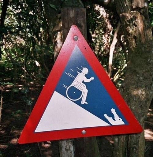Người đi xe lăn cần chú ý đường dốc.