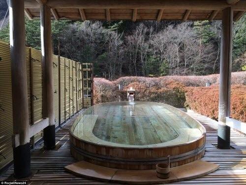 Bể tắm suối nước nóng tự nhiên tại khách sạn Nishiyama Onsen Keiunkan.