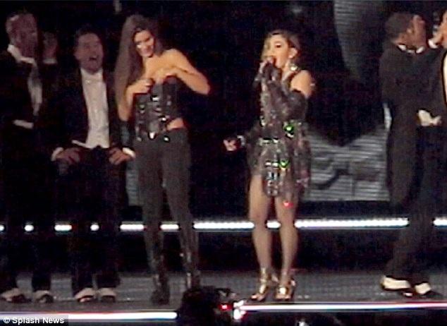 Fan nữ này bất ngờ khi bị Madonna kéo tụt một bên áo trong show diễn trước hàng nghìn khán giả.