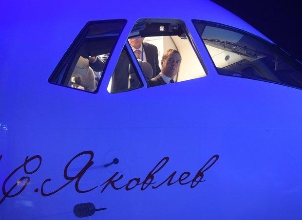 Thủ tướng Medvedev ngồi thử buồng lái của MC-21 (Ảnh: Reuters)