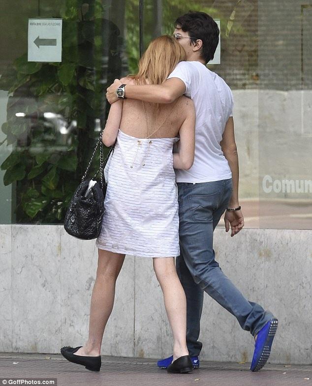Nữ diễn viên 29 tuổi trông thật dịu dàng và hạnh phúc bên bạn trai.