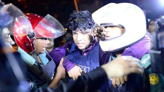Một bệnh viện ở Dhaka cho biết khoảng 30 cảnh sát đã bị thương trong vụ đấu súng với những kẻ tấn công (Ảnh: Reuters)