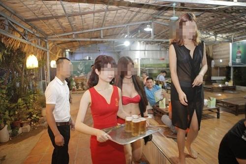 Quán ăn Hà Nội cho nhân viên mặc bikini phục vụ bàn - 6