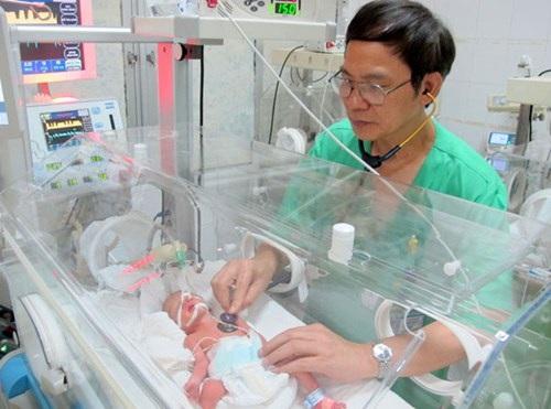 Chị Trâm kiên quyết không xạ, hóa trị, chấp nhận hy sinh để giữ con. Đến ngày 10/7, chị có biểu hiện suy hô hấp nặng nếu không được mổ thai ngay sẽ nguy hiểm đến tính mạng cả mẹ và con. Cuối cùng, 20h ngày cùng ngày với ekip bác sĩ gần 20 người đã mổ bắt con cho sản phụ Trâm