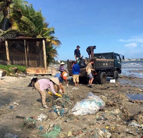 Hàng chục du khách nước ngoài tự nguyện dọn rác ở Mũi Né - 4