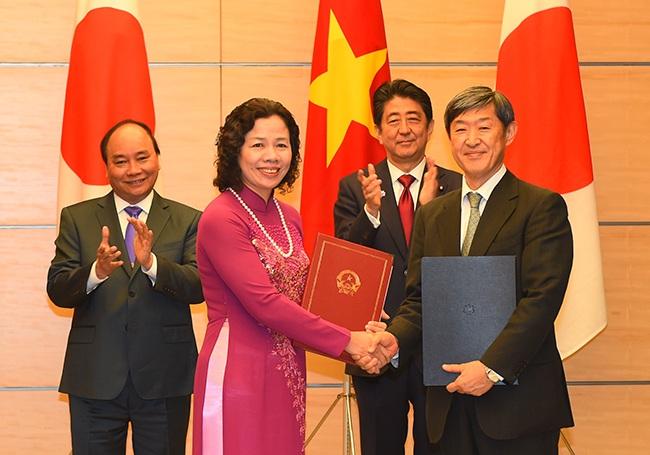 Hai Thủ tướng chứng kiến lễ trao đổi 3 hiệp định vay cho 3 dự án ở Việt Nam, gồm: Xây dựng Nhà máy nhiệt điện Thái Bình và đường dây truyền tải; cải thiện môi trường nước TPHCM giai đoạn 2; tuyến đường sắt đô thị số I TPHCM. Ảnh: VGP/Quang Hiếu