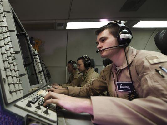 Các sĩ quan không quân theo dõi các cuộc không kích tại Syria (Ảnh: USA Today)