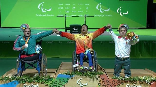 Hành động đẹp của ba vận động viên sau khi giành huy chương