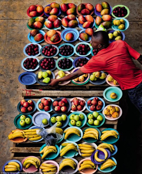 Quầy bán trái cây trên vỉa hè tại một đường phố ở Johannesburg, Nam Phi. Ảnh: Cindy Lou-Dale