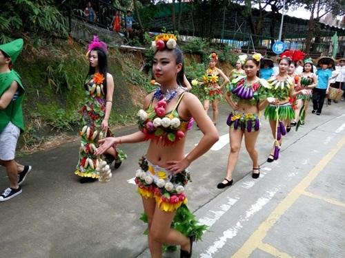 Gái trẻ sexy với thời trang củ quả xôn xao trên phố - 5