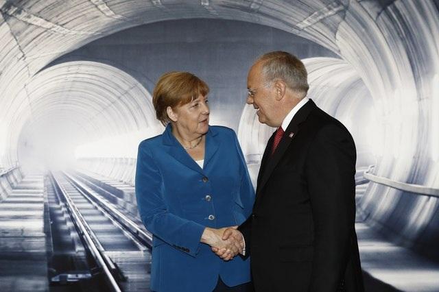 Thủ tướng Đức Merkel bắt tay Tổng thống Thụy Sĩ Schneider- Ammann tại cổng phía bắc của đường hầm tại Erstfeld.