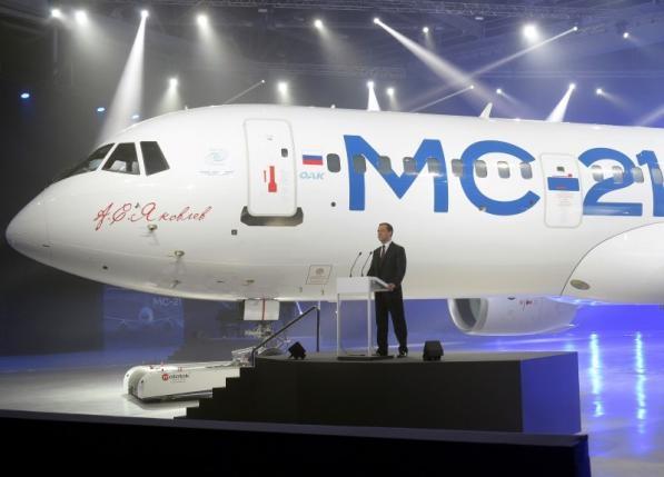 Thủ tướng Nga Dmitry Medvedev phát biểu tại lễ ra mắt máy bay mới (Ảnh: Reuters)