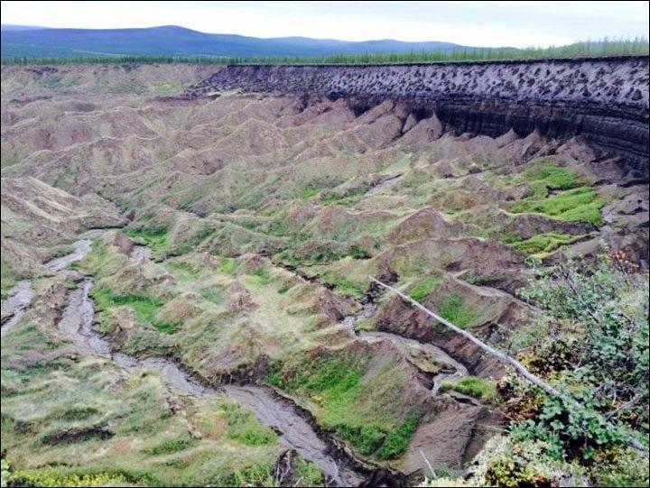 Lớp đất đá bên trong hố khổng lồ ở Siberia
