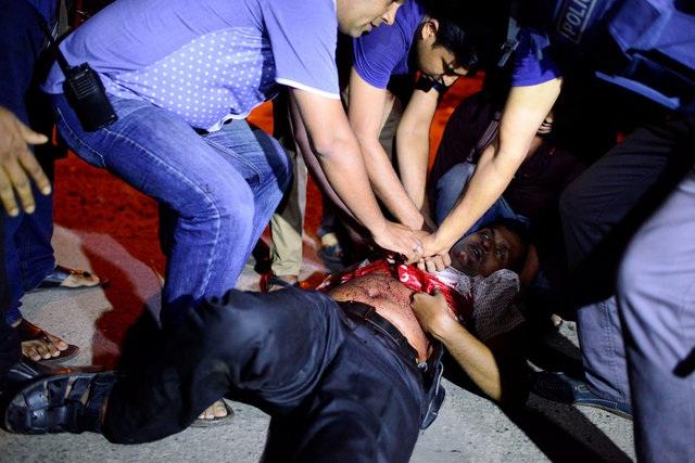 Một người bị thương trong vụ tấn công được trợ giúp tại hiện trường (Ảnh: Reuters)