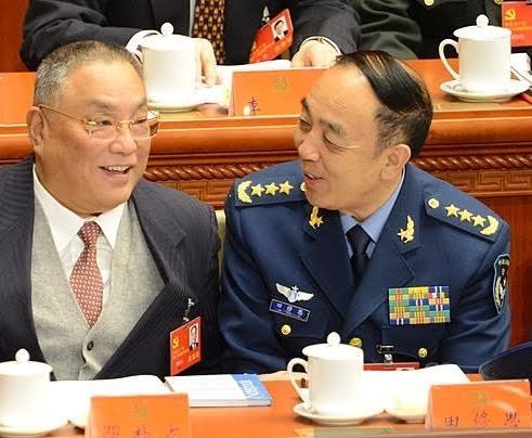 Cựu Chính uỷ Không quân Trung Quốc Điền Tu Tư (phải) (Ảnh: SCMP)