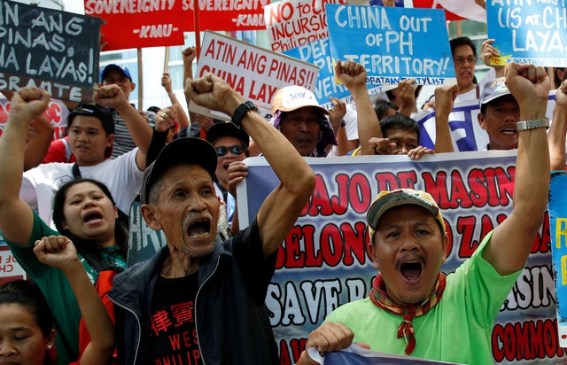 Người Philippines phản đối các hành động ngang ngược của Trung Quốc ở Biển Đông bên ngoài lãnh sự quán Trung Quốc tại thành phố Makati (Ảnh: Reuters)