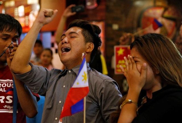 Người Philippines vui mừng sau phán quyết (Ảnh: Reuters)