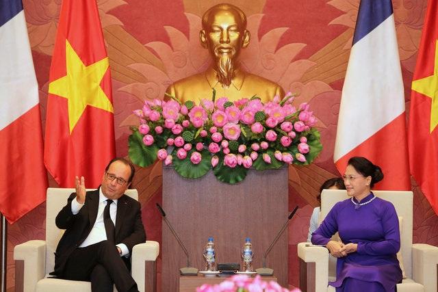 Vào buổi chiều cùng ngày, Chủ tịch Quốc hội Nguyễn Thị Kim Ngân có cuộc hội kiến với Tổng thống Hollande. (Ảnh: AFP)