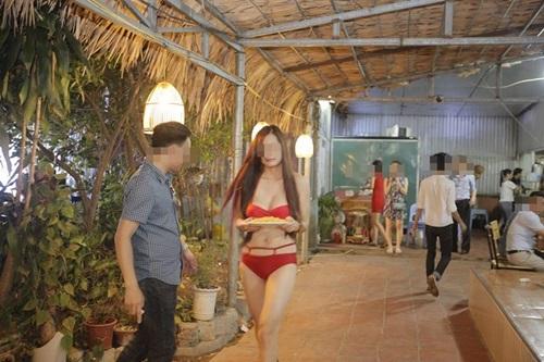 Quán ăn Hà Nội cho nhân viên mặc bikini phục vụ bàn - 7