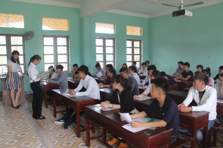Đúng 8h, các thí sinh vào phòng thi để làm thủ tục thi đồng thời các cán bộ coi thi đọc các quy định trong trong phòng thi và lúc làm bài thi. (Ảnh: Xuân Sinh)