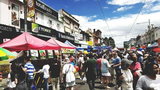 Hội chợ Tết ở Footscray với nhiều gian hàng ẩm thực và giải trí thu hút hàng ngàn khách tham quan. Ảnh: SBS Vietnamese