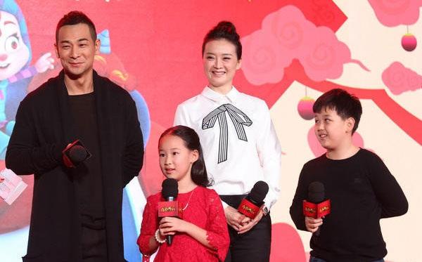 Ngôi sao xinh đẹp đưa con trai lên sân khấu để giao lưu cùng khán giả hâm mộ tại chương trình.