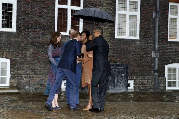 Vợ chồng Hoàng tử William và Hoàng tử Harry ra cổng cung điện đón các vị khách quý.