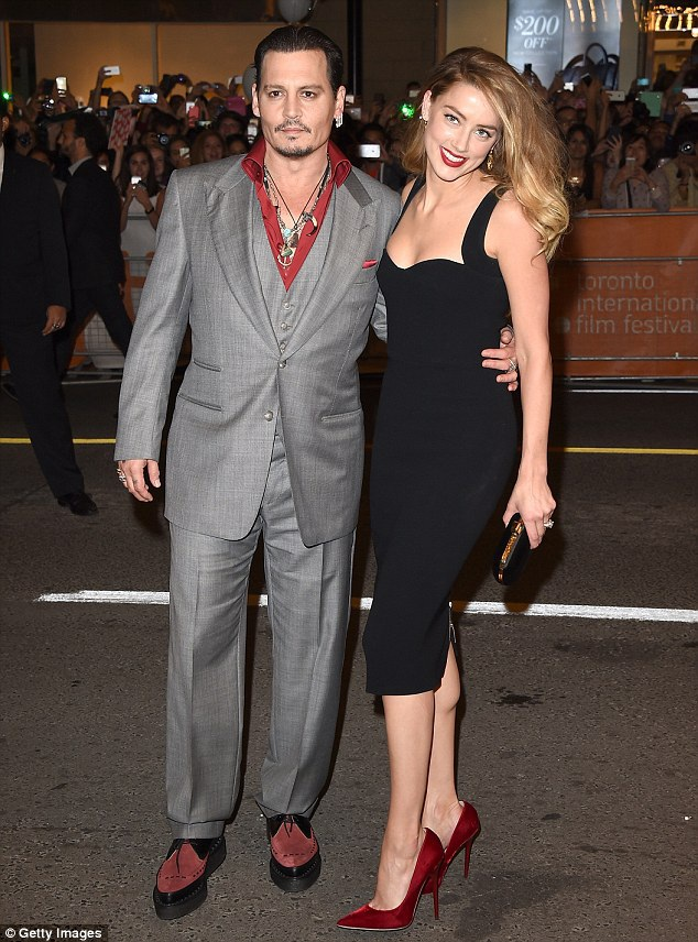Johnny Depp hướng tới các con trong thời gian căng thẳng với Amber Heard. Anh ấy không nhớ gì tại Los Angeles ngoài các con, một nguồn tin chia sẻ.