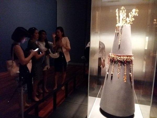 Vương miện và thắt lưng bằng vàng được dùng trong những dịp trọng đại.