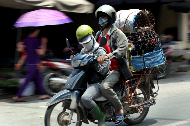 Tầm buổi trưa tan chợ, những dòng xe máy lại nối đuôi nhau trở về các ngả hướng ra ngoại thành. Đây cũng là lúc những người phụ nữ thức khuya, dậy sớm tranh thủ chợp mắt.