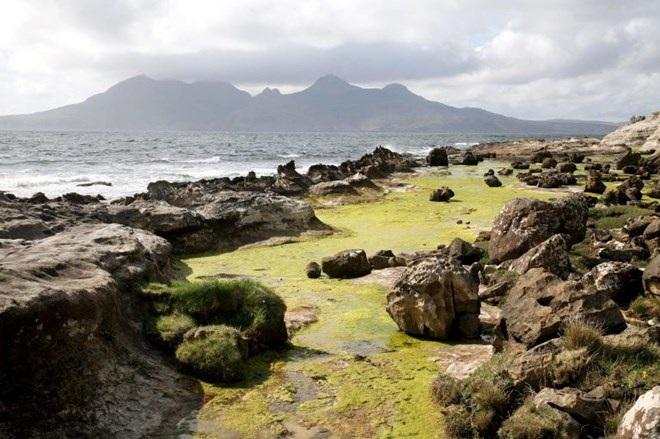 Bờ biển đá ở đảo Eigg nhìn từ đảo Rum, Scotland. (Nguồn: NatGeo)