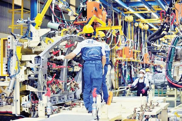 Dây chuyền sản xuất ô tô tại Ninh Bình của Hyundai Thành Công hiện đang lắp ráp 2 mẫu xe du lịch bán chạy trong nước là Santafe và Elantra.
