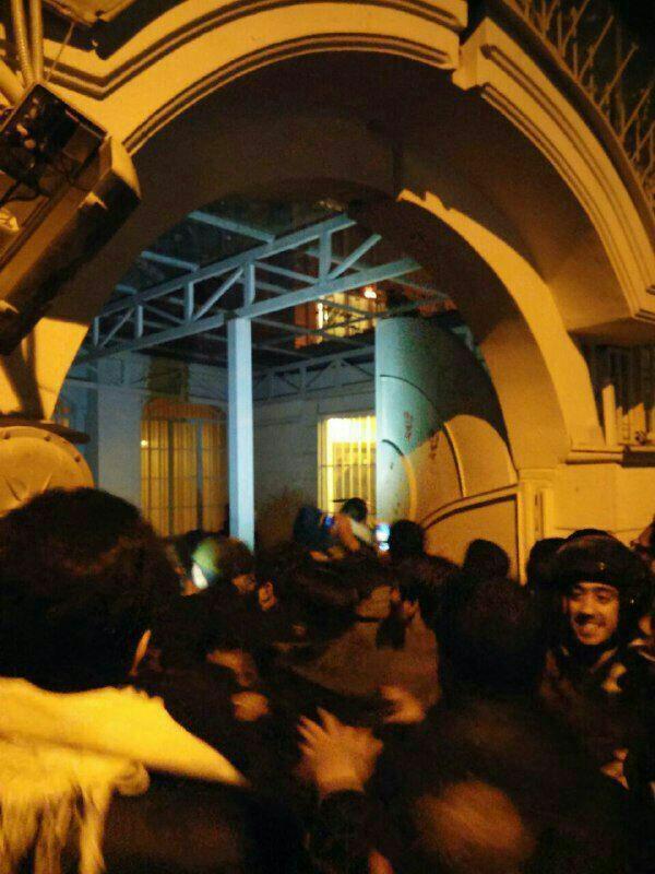 Sau khi tin tức về vụ xử tử giáo sĩ Sheikh Nimr al-Nimr được Ả rập Xê út thông báo, đám đông giận dữ đã xông vào tòa nhà sứ quán Ả rập Xê út để bày tỏ sự phản đối.