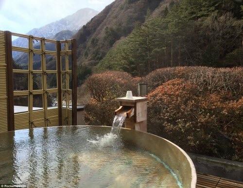 Tại bể tắm suối nước nóng ngoài trời, du khách có thể vừa tận hưởng những lợi ích từ suối nước nóng mang lại vừa có thể chiêm ngưỡng phong cảnh xung quanh.