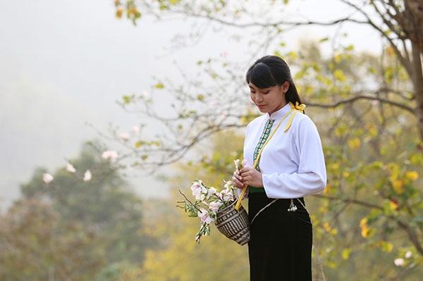 Thiếu nữ Thái e ấp bên hoa ban rừng tháng 3 - 3